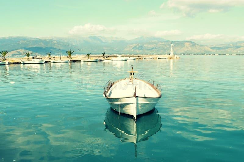 Μικρό αλιευτικό σκάφος στη μικρή μαρίνα στοκ φωτογραφίες