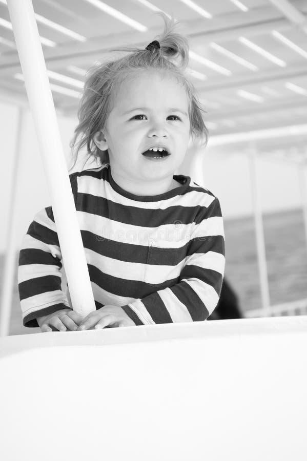 Μικρό ευτυχές αγοράκι στο γιοτ στο θαλάσσιο πουκάμισο, μόδα στοκ εικόνες με δικαίωμα ελεύθερης χρήσης