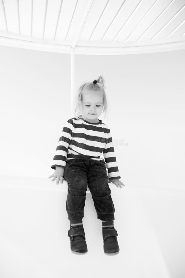Μικρό ευτυχές αγοράκι στο γιοτ στο θαλάσσιο πουκάμισο, μόδα στοκ εικόνες