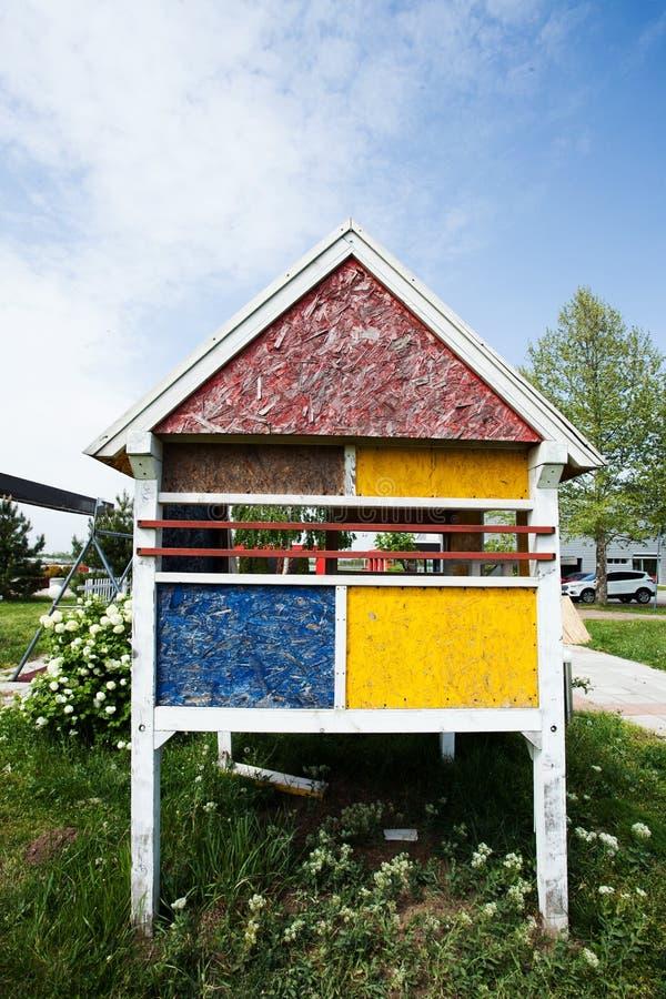 Μικρό ζωηρόχρωμο ξύλινο σπίτι για τα παιδιά στοκ εικόνες