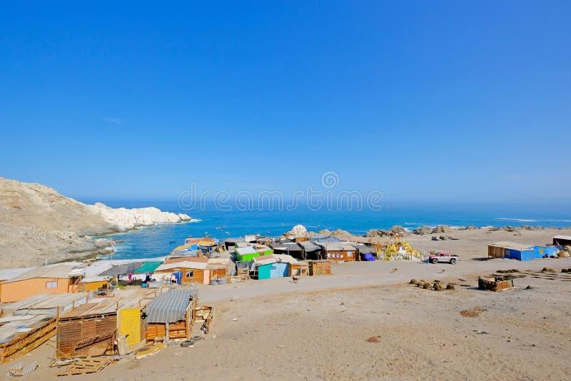Μικρό ζωηρόχρωμο ψαροχώρι στη παράλια Ειρηνικού, νότος Iquique, Χιλή στοκ φωτογραφία με δικαίωμα ελεύθερης χρήσης