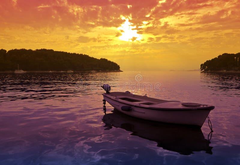 μικρό ηλιοβασίλεμα σκηνής βαρκών στοκ φωτογραφία με δικαίωμα ελεύθερης χρήσης