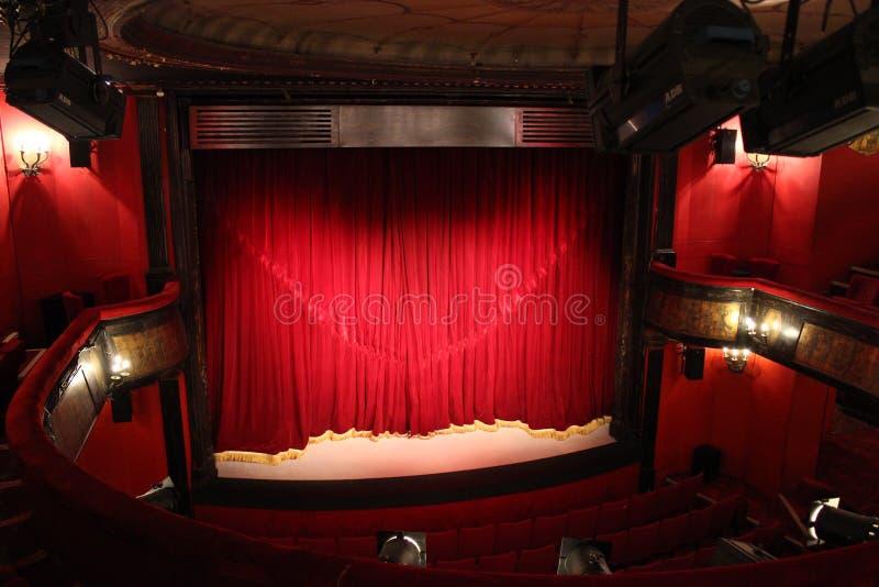 Μικρό θέατρο με την κόκκινη κουρτίνα στο Παρίσι στοκ φωτογραφίες με δικαίωμα ελεύθερης χρήσης