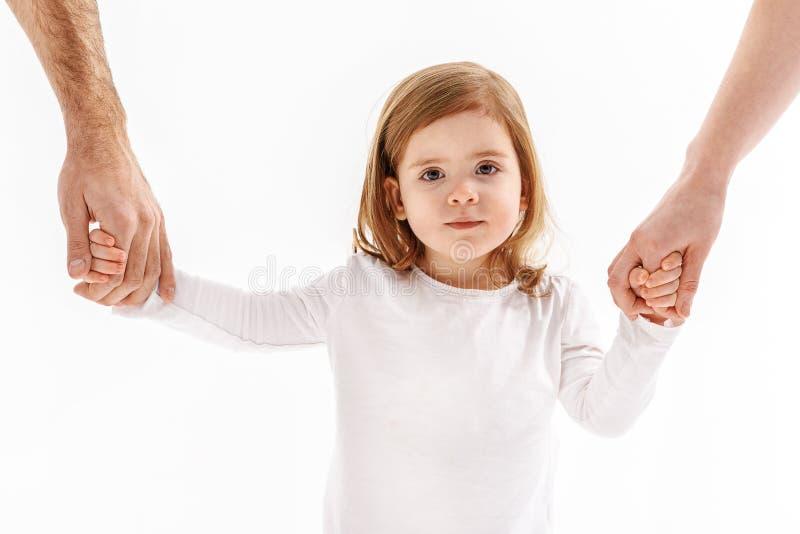 Μικρό θηλυκό παιδί που κρατά τα όπλα των ενηλίκων στοκ φωτογραφία