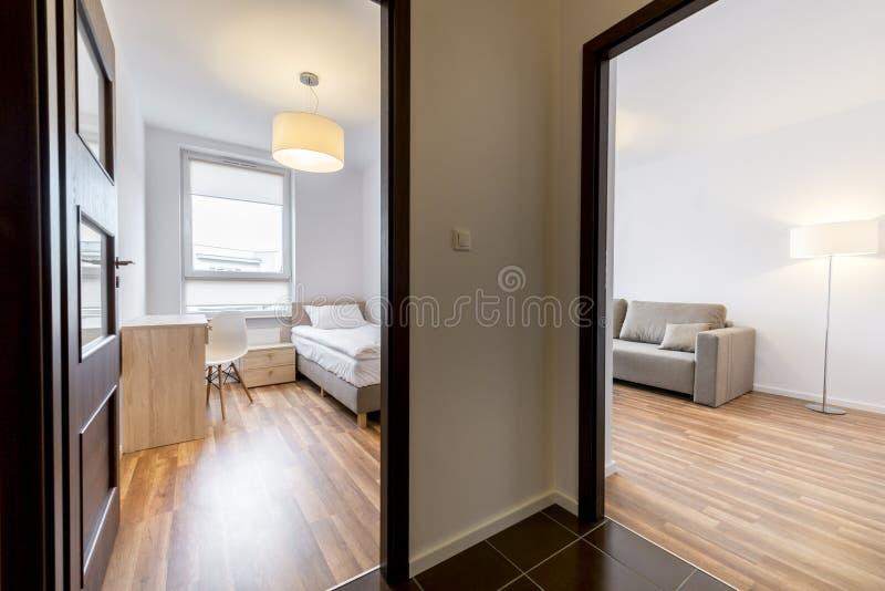 Μικρό διαμέρισμα στο σύγχρονο ύφος στοκ εικόνα
