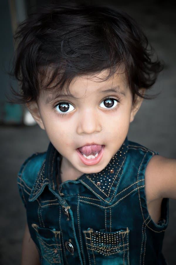 Μικρό ινδικό κορίτσι που εξετάζει τη κάμερα στοκ εικόνες με δικαίωμα ελεύθερης χρήσης