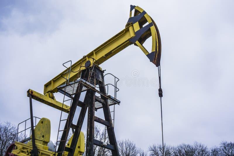 Μικρό ιδιωτικό κίτρινο πετρέλαιο αντλιών φορτωτήρων στοκ εικόνες με δικαίωμα ελεύθερης χρήσης