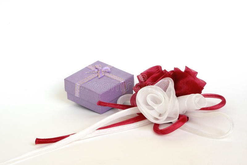 Μικρό κιβώτιο δώρων με organdy τα κόκκινα και άσπρα τριαντάφυλλα στο λευκό στοκ εικόνες