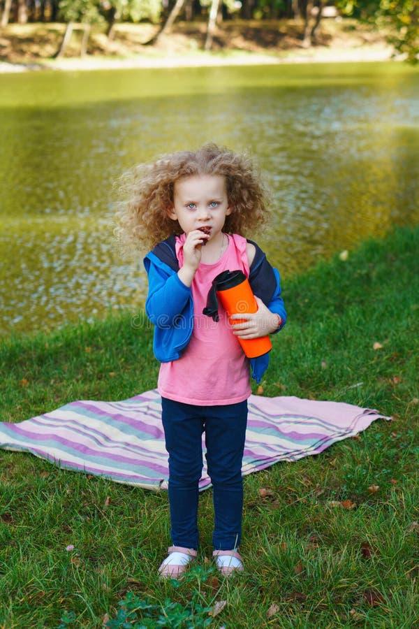 Μικρό κορίτσι από τη λίμνη Πικ-νίκ στοκ εικόνα