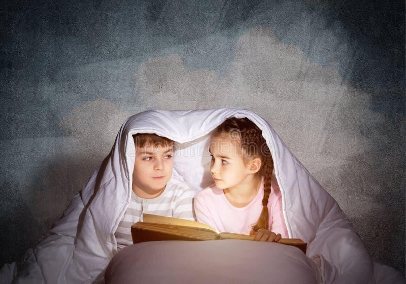 Μικρό κορίτσι και αγόρι που εξετάζουν το ένα το άλλο στοκ φωτογραφία με δικαίωμα ελεύθερης χρήσης