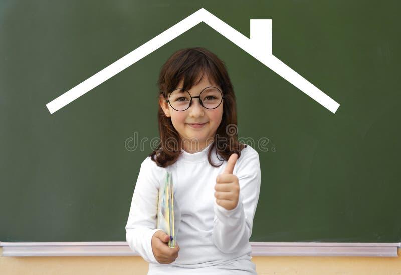 Μικρό κορίτσι και συρμένο σπίτι στοκ εικόνες με δικαίωμα ελεύθερης χρήσης