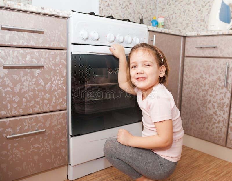 Μικρό κορίτσι κοντά στη σόμπα στοκ εικόνες με δικαίωμα ελεύθερης χρήσης