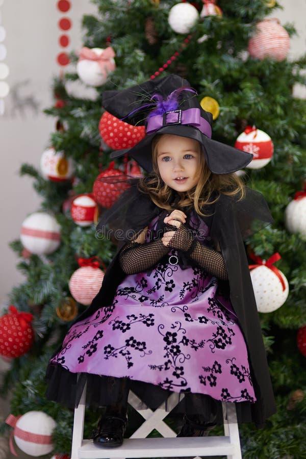 Μικρό κορίτσι κοντά στο χριστουγεννιάτικο δέντρο στοκ εικόνα