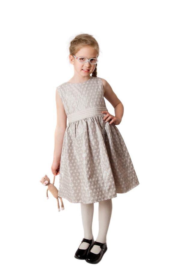 Μικρό κορίτσι με ένα πλεκτό παιχνίδι στοκ εικόνες