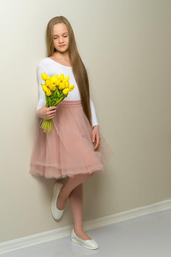 Μικρό κορίτσι με μια ανθοδέσμη των τουλιπών στοκ εικόνα με δικαίωμα ελεύθερης χρήσης
