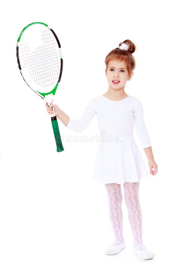 Μικρό κορίτσι με μια ρακέτα αντισφαίρισης στο χέρι του στοκ εικόνες με δικαίωμα ελεύθερης χρήσης