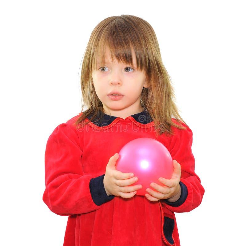 Μικρό κορίτσι με μια ρόδινη σφαίρα στοκ φωτογραφίες