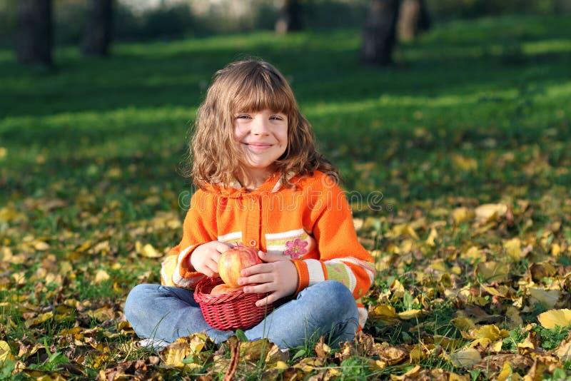 Μικρό κορίτσι με τα μήλα στοκ φωτογραφίες