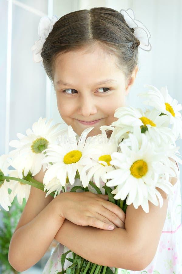 Download Μικρό κορίτσι με τα λουλούδια Dasies Στοκ Εικόνες - εικόνα από babylonia, χαλαρώστε: 62723964