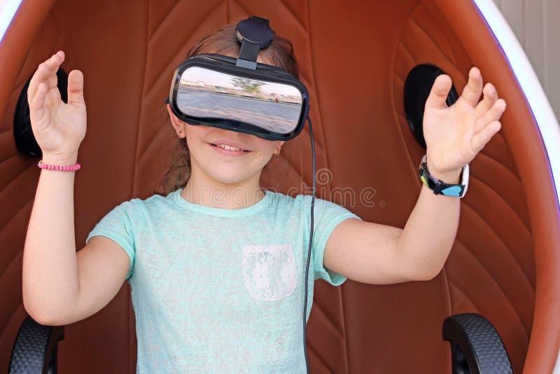 Μικρό κορίτσι με την κάσκα vr στοκ φωτογραφίες