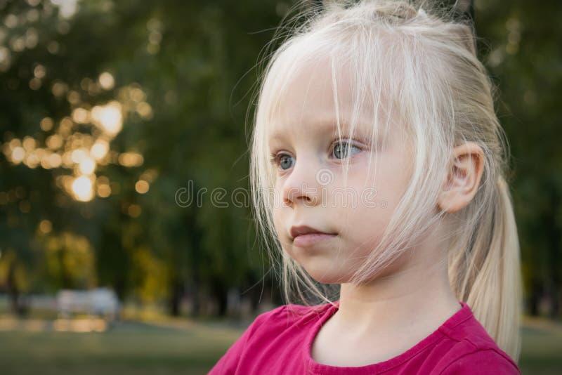 Μικρό κορίτσι με την ξανθή τρίχα στοκ φωτογραφίες