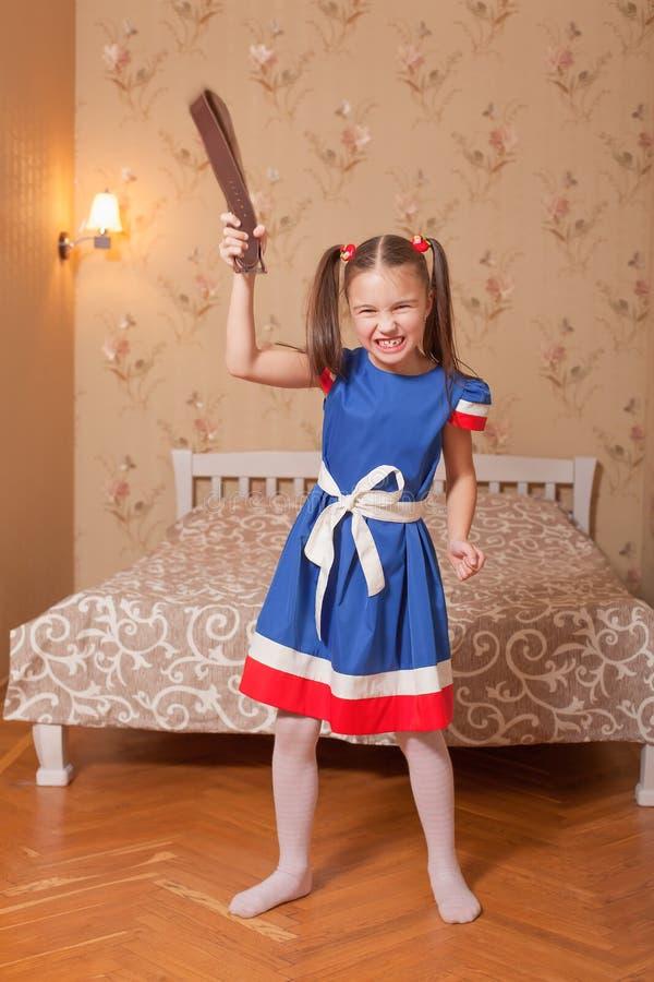 Μικρό κορίτσι με τη ζώνη διαθέσιμη στοκ εικόνα