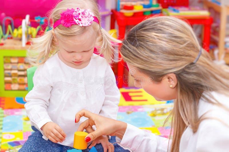 Μικρό κορίτσι με τη μητέρα που έχει τη διασκέδαση στοκ φωτογραφίες με δικαίωμα ελεύθερης χρήσης