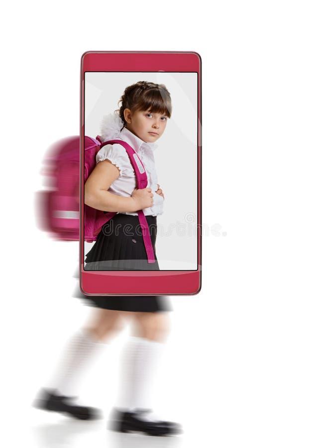 Μικρό κορίτσι με τη σχολική τσάντα στοκ εικόνες με δικαίωμα ελεύθερης χρήσης