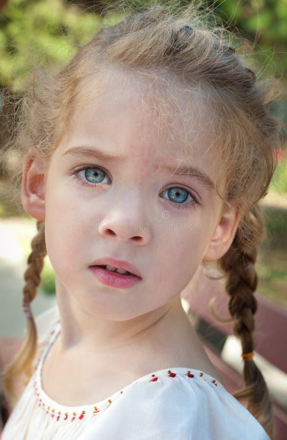 Μικρό κορίτσι με τις πλεξίδες στοκ εικόνες