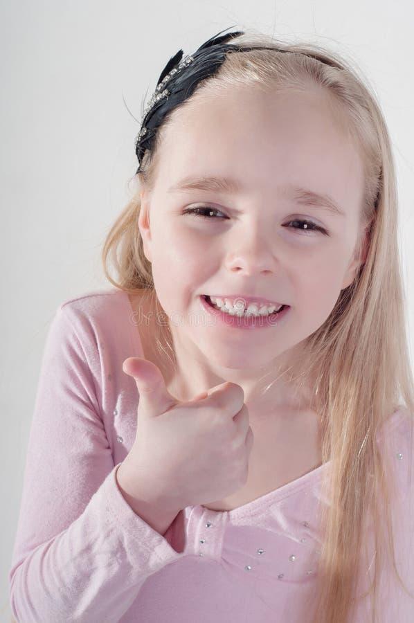 Μικρό κορίτσι με τον αντίχειρα επάνω στοκ φωτογραφία