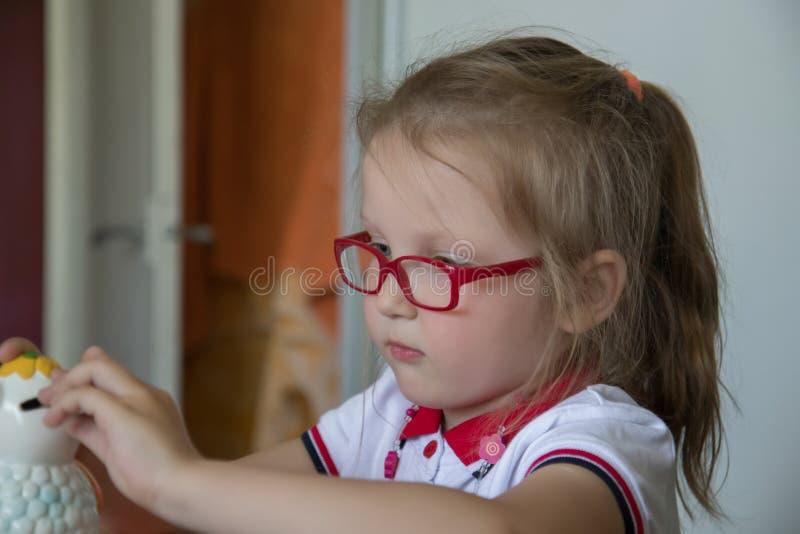 Μικρό κορίτσι με το κιβώτιο χρημάτων στοκ φωτογραφία