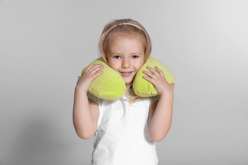Μικρό κορίτσι με το μαξιλάρι ταξιδιού στοκ φωτογραφία με δικαίωμα ελεύθερης χρήσης