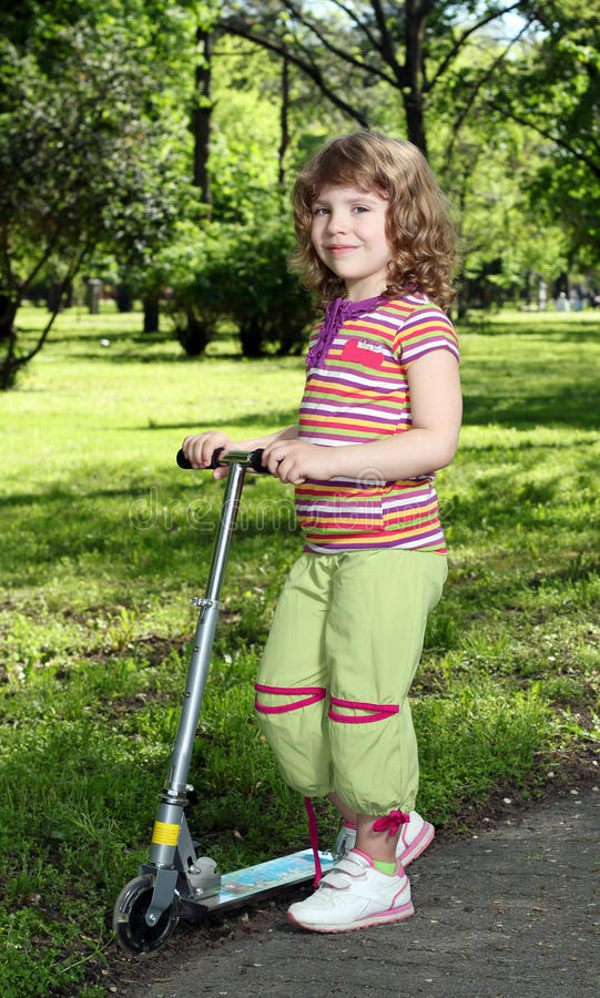 Μικρό κορίτσι με το μηχανικό δίκυκλο στοκ φωτογραφία με δικαίωμα ελεύθερης χρήσης