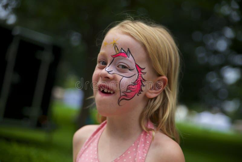 Μικρό κορίτσι με το χρωματισμένο πρόσωπο στοκ φωτογραφία με δικαίωμα ελεύθερης χρήσης