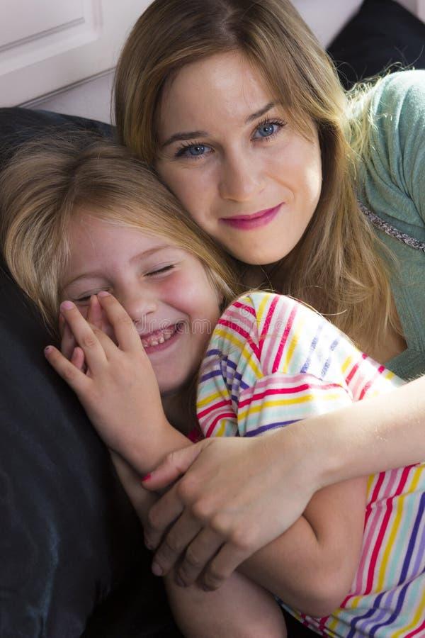Μικρό κορίτσι με το mom από κοινού στοκ φωτογραφία με δικαίωμα ελεύθερης χρήσης