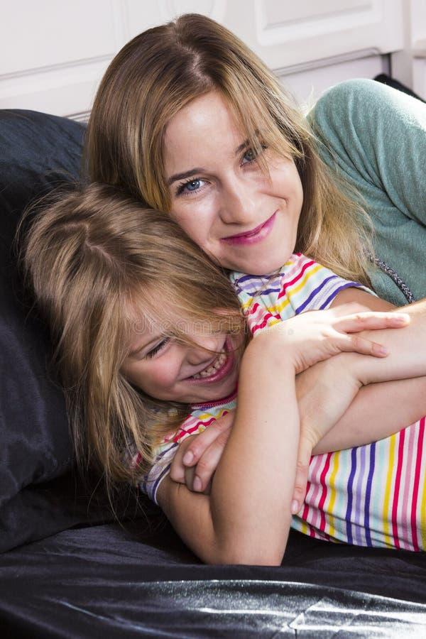Μικρό κορίτσι με το mom από κοινού στοκ εικόνα