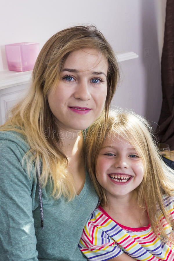 Μικρό κορίτσι με το mom από κοινού στοκ εικόνες