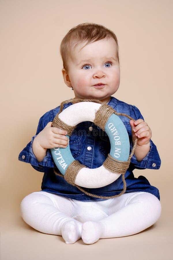 Μικρό κορίτσι με lifebuoy στοκ εικόνα