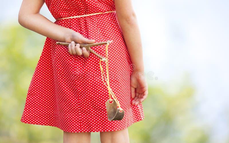 Μικρό κορίτσι με slingshot στοκ εικόνες