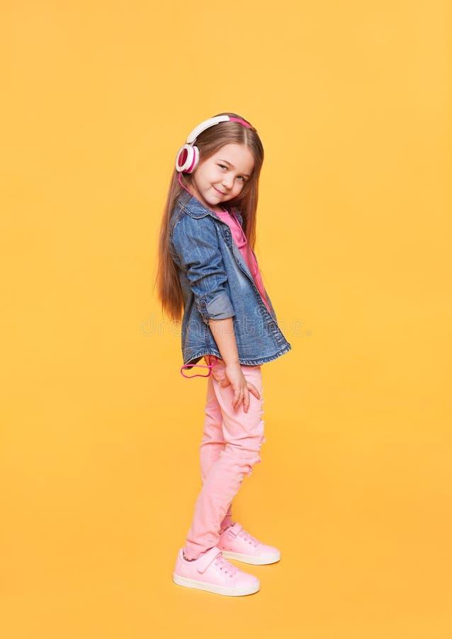 Μικρό κορίτσι μόδας οδών στα μοντέρνα ζωηρόχρωμα ενδύματα στοκ εικόνες