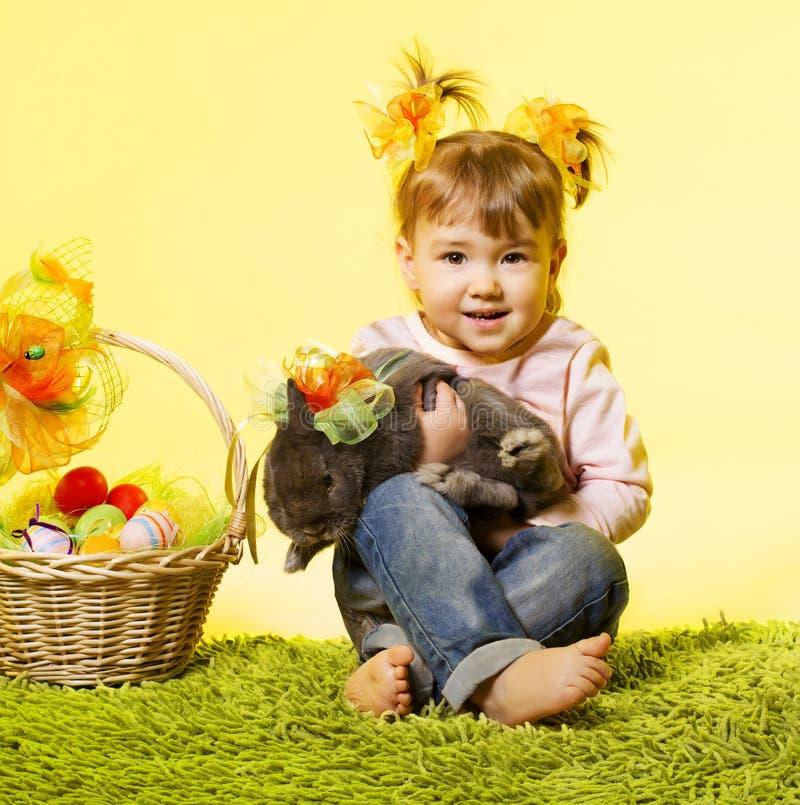 Μικρό κορίτσι Πάσχας, κουνέλι λαγουδάκι παιδιών, αυγά καλαθιών στοκ φωτογραφία με δικαίωμα ελεύθερης χρήσης