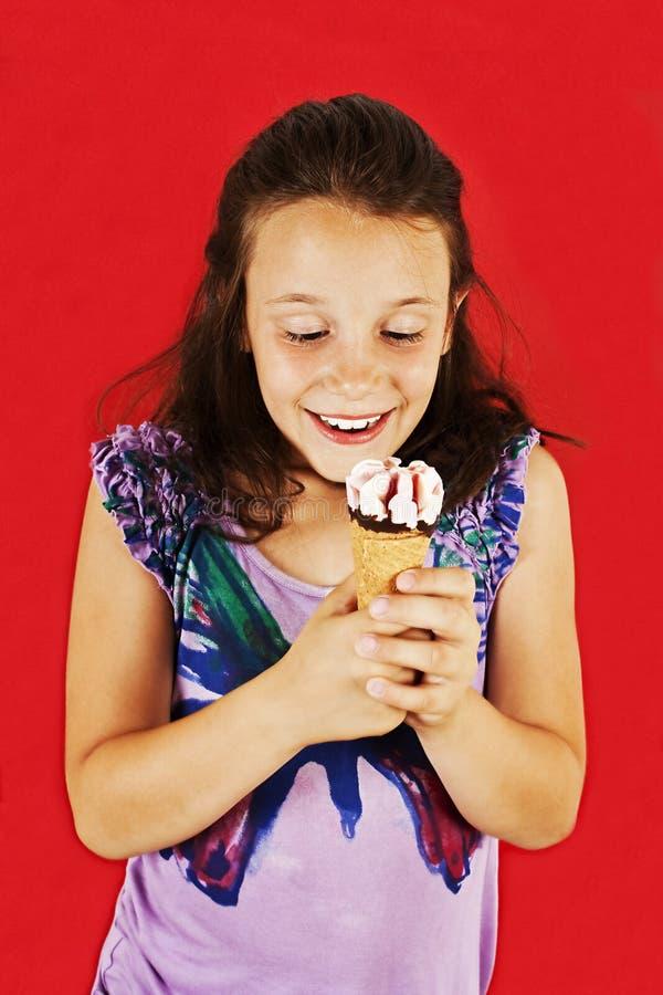 Μικρό κορίτσι παγωτού συγκινημένο στοκ εικόνες