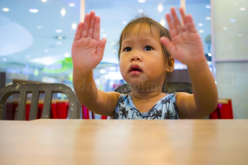 Μικρό κορίτσι πορτρέτου που παρουσιάζει σημάδι χεριών στοκ εικόνα με δικαίωμα ελεύθερης χρήσης