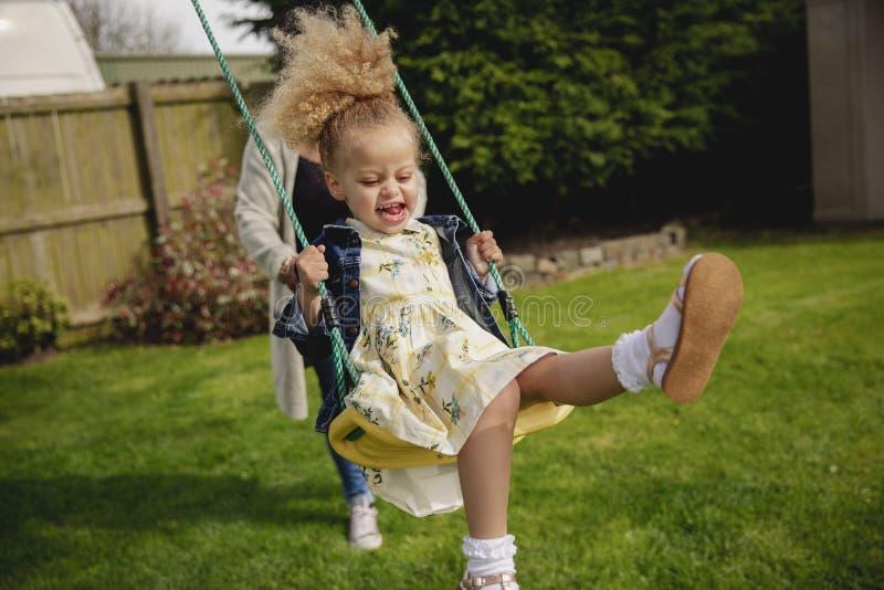 Μικρό κορίτσι που έχει τη διασκέδαση άνοιξης στοκ εικόνα