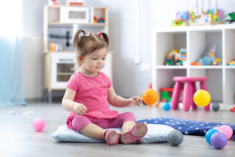Μικρό κορίτσι που έχει τη διασκέδαση στην παιδική χαρά στοκ εικόνες με δικαίωμα ελεύθερης χρήσης