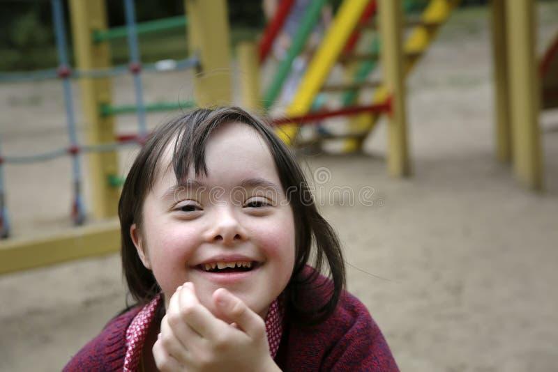 Μικρό κορίτσι που έχει τη διασκέδαση στο playgound στοκ φωτογραφίες