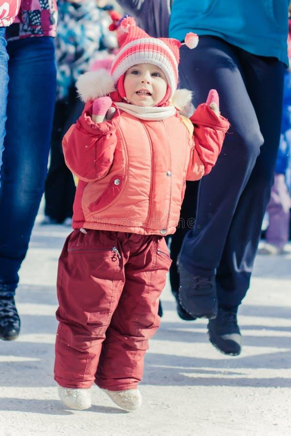 Μικρό κορίτσι που έχει τη διασκέδαση και το άλμα στοκ φωτογραφίες