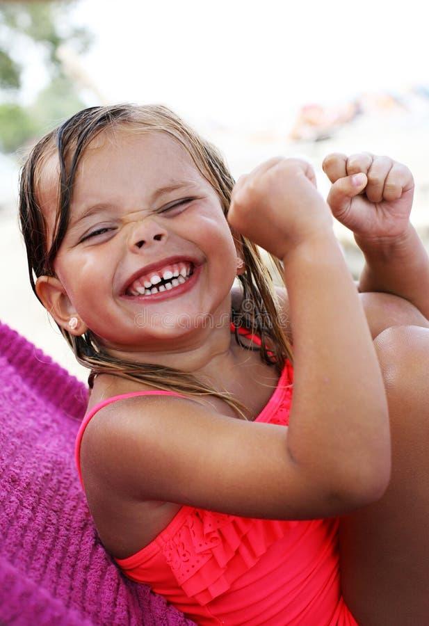 Μικρό κορίτσι που έχει τις καλές ειδήσεις στοκ εικόνες