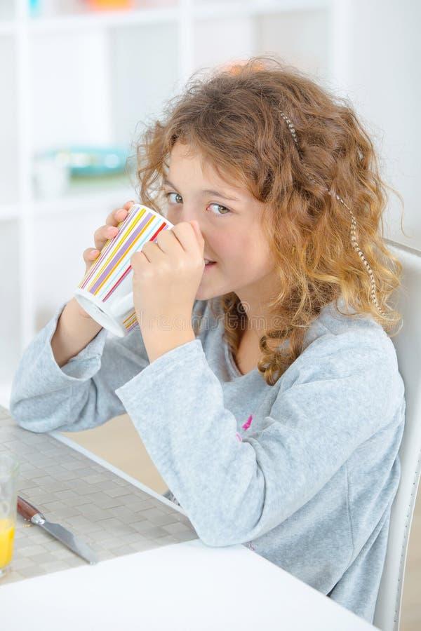 Μικρό κορίτσι που έχει το ποτό στοκ φωτογραφία με δικαίωμα ελεύθερης χρήσης