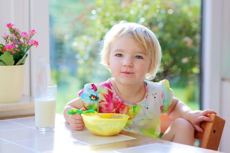 Μικρό κορίτσι που έχει oatmeal για το πρόγευμα στοκ εικόνα με δικαίωμα ελεύθερης χρήσης